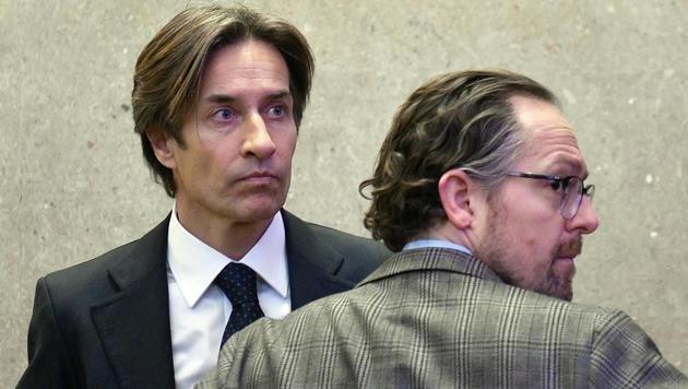 Karl-Heinz Grasser und Verteidiger Norbert Wess vor Beginn des fünften Prozesstages (Bild: APA/HANS PUNZ/APA-POOL)