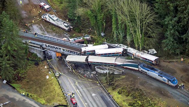 3 Tote, 100 Verletzte: Zug fuhr 70 km/h zu schnell (Bild: AP)