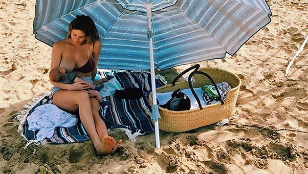 Surf-Beauty zeigt sich den Fans beim Stillen (Bild: Instagram)