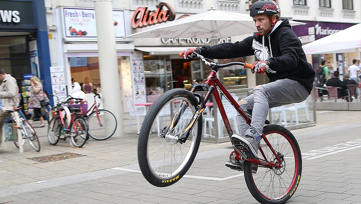 Dirt-Bike-Champion rast mit 50 km/h durch die Mahü  (Bild: Gerhard Bartel)
