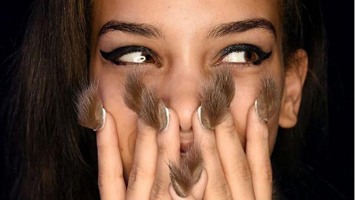 Jetzt bekommen die Fingernägel Haare  (Bild: Instagram)