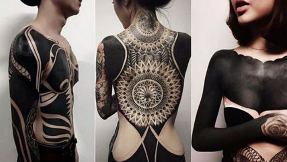 Neuer Instagram-Trend: Blackout-Tattoos  (Bild: instagram.com/christy_bo_bisty)