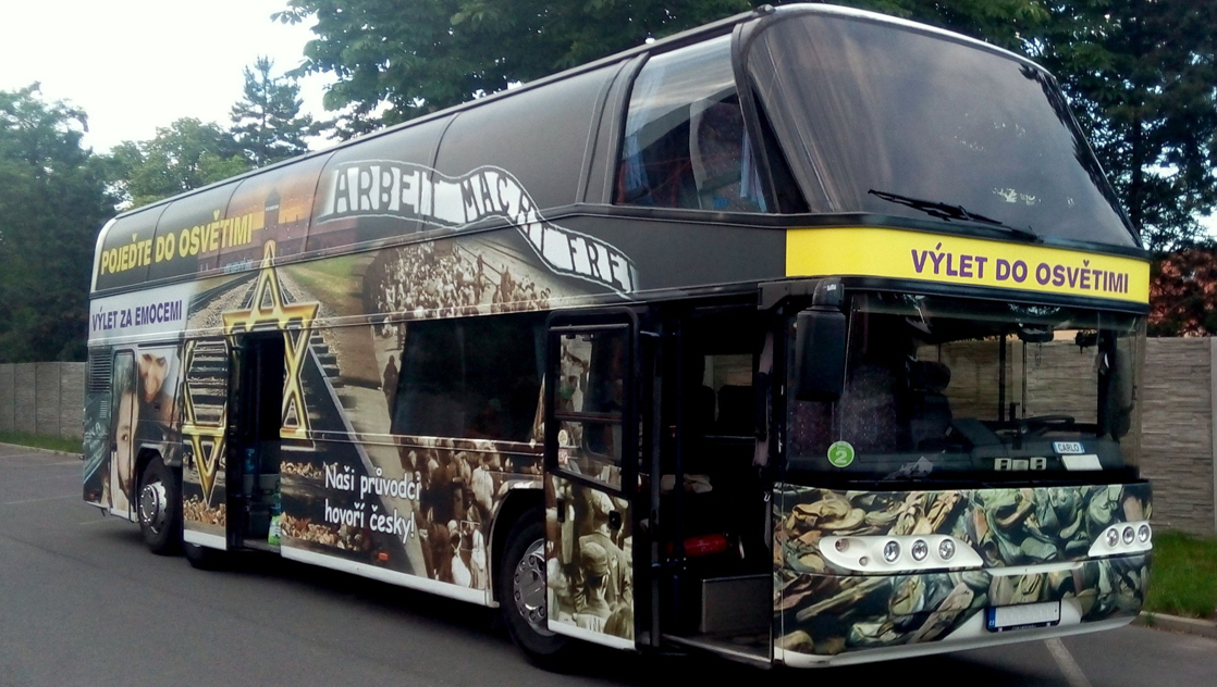 Emp rung ber werbung f r kz auschwitz auf bus beklebung - Centre commercial bron ...