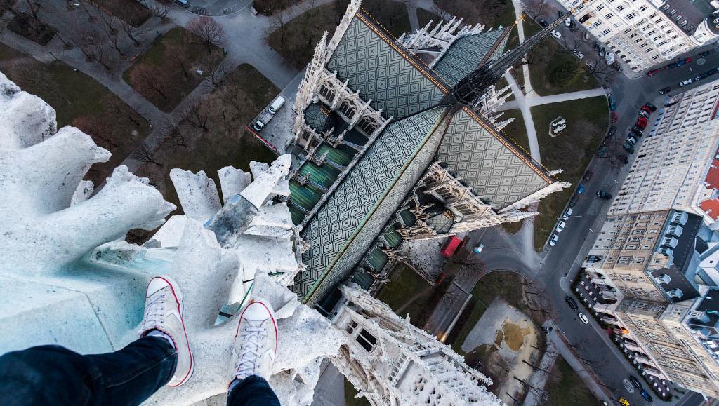 Rooftopper erklimmt Votivkirche  (Bild: Vitally Raskalov / ontheroofs.com)