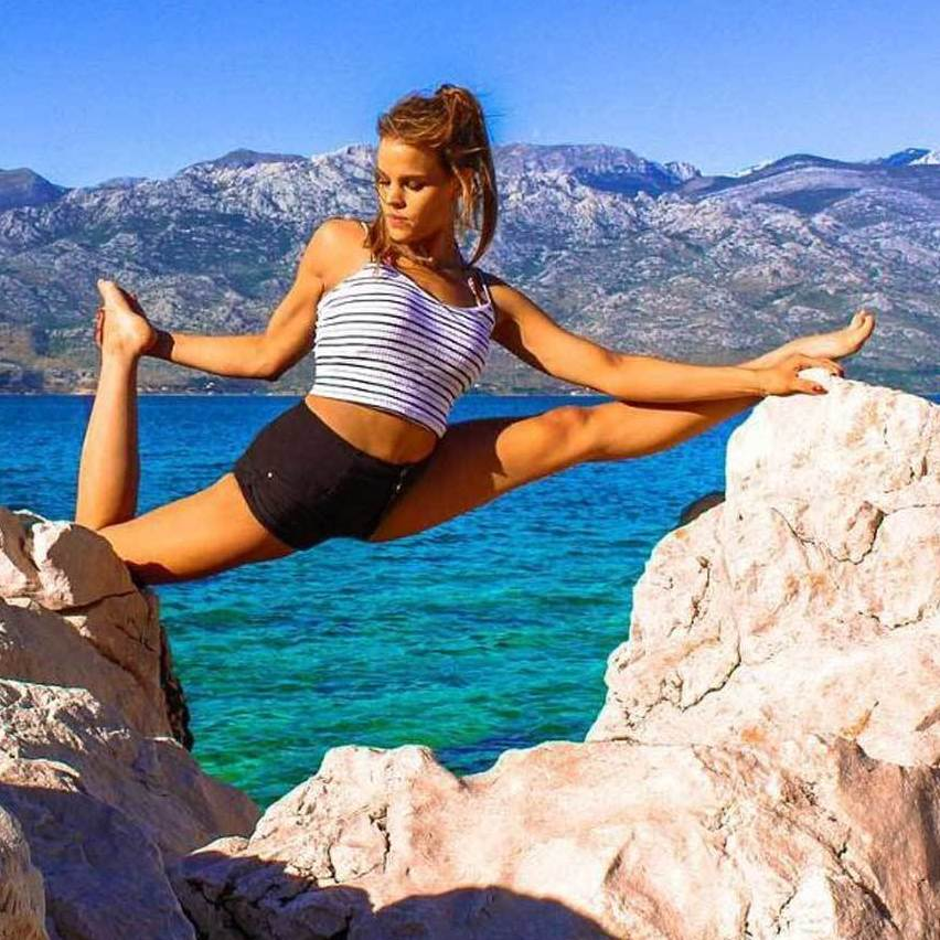 Schöne Yoga-Pilotin nimmt Landeposition ein (Bild: Instagram.com/flymeyoga)