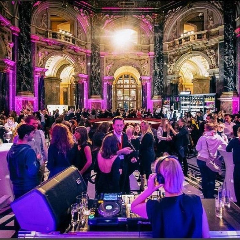 Drag-Queen führt durch Partynacht im Museum (Bild: Kunstschatzi Instagram)