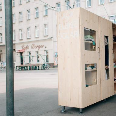 Offener Kleiderkasten mitten auf dem Yppenplatz (Bild: Markus Wessig)