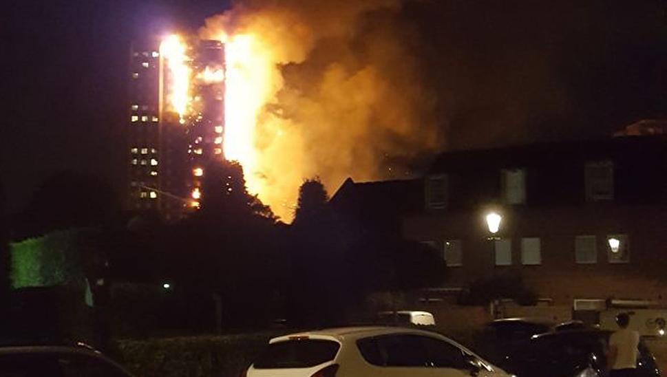Feuerwehrleute bekämpfen Großbrand in Londoner Hochhaus