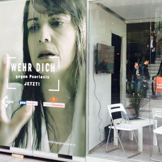 Menschen in Glaswürfel sorgen für Aufsehen in Wien (Bild: Viktoria Graf)
