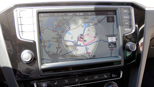 Das Navi zeigt auf Knopfdruck den Bereich an, den man elektrisch erreichen kann. (Bild: Stephan Schätzl)