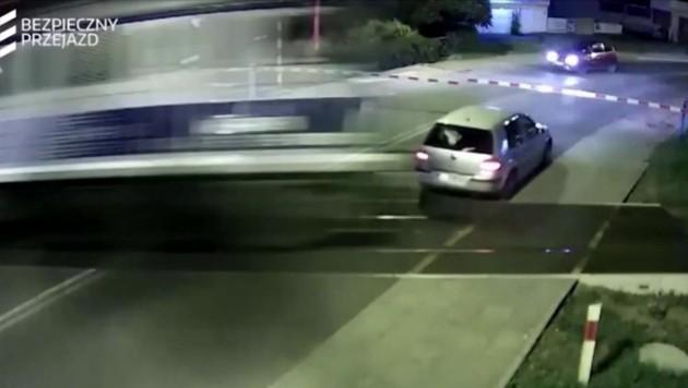 Der Mann war zuvor mit dem Auto gegen einen Bahnschranken gekracht. (Bild: kameraOne)