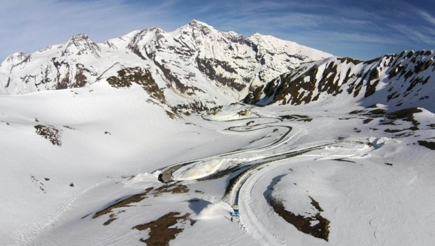 Die Großglockner Hochalpenstraße ist noch teils schneebedeckt. (Bild: APA/Helmut Forhringer)