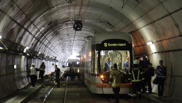 Die Unfallsituation im Mini-U-Bahn-Tunnel: Hinten sieht man den gerammten Transporter (Bild: Markus Schütz)