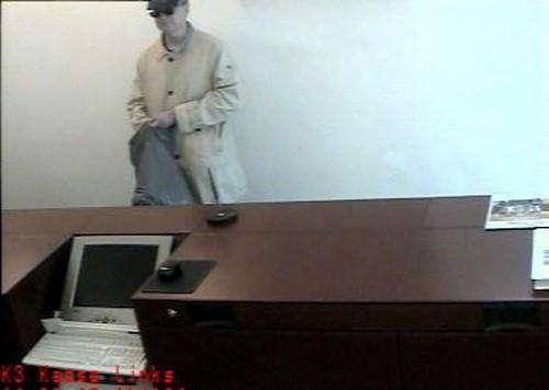 Dieser Räuber überfiel die Spängler-Bank am Linzer Hauptplatz. Ein falscher Verdächtiger kam in Haft (Bild: Polizei)