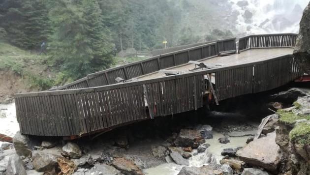 Unwetter zerstörten die Aussichtsplattform bei den Grawa Wasserfällen. (Bild: zeitungsfoto.at/Liebl Daniel)