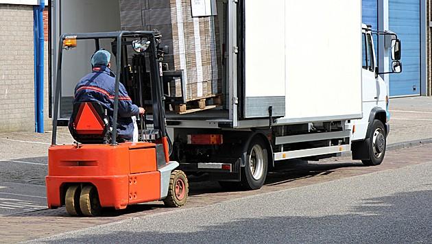 Der Arbeiter geriet mit seiner rechten Hand in das Getriebe des Staplers. (Bild: Björn Wylezich/stock.adobe.com (Symbolbild))