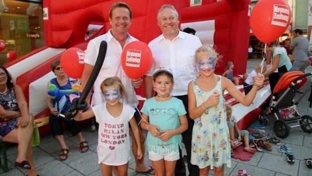 Thomas Schrenk (maximarkt) und Funtasia-Chef Charly Kronberger (l.) mit drei glücklichen Besuchern (Bild: Marion Hörmandinger)