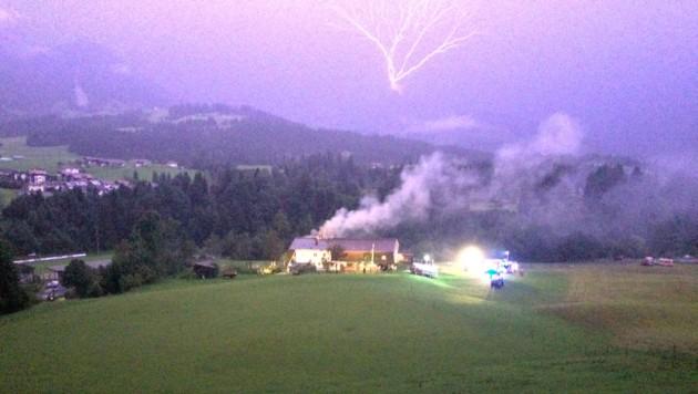 Gespenstisches Bild: Nach dem Einschlag zuckten am Himmel schon die nächsten Blitze. (Bild: ZOOM.TIROL)