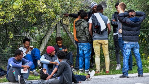 Wartende Flüchtlinge in Calais (Bild: AFP)