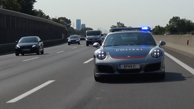 Auch die heimische Autobahnpolizei fährt mittlerweile mit einem Porsche Streife. (Bild: Schmitt/krone.at)