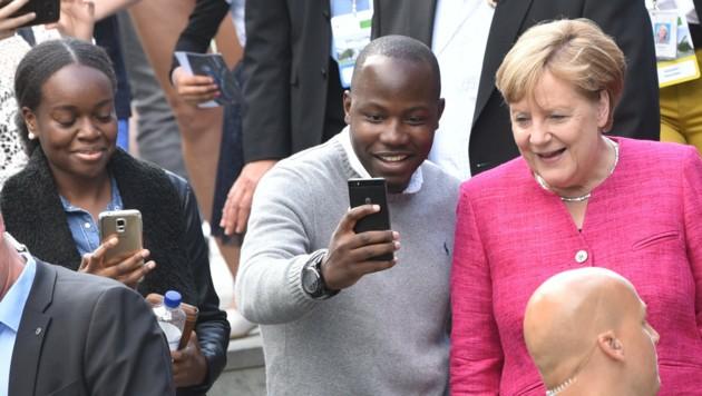 Merkel lässt sich von Besuchern am Tag der Offenen Tür des Bundeskanzleramtes fotografieren. (Bild: APA/dpa/Ralf Hirschberger)