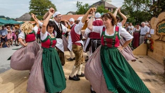 """Trachtenverein D'Seerosner tanzte auf. Oben: Nobert, Stefan, Herbert mit """"self made Radln"""". (Bild: Neumayr)"""