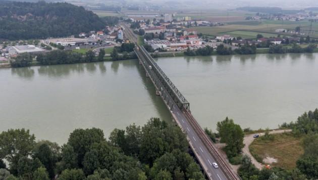Die Donaubrücke Mauthausen soll 2018 saniert werden, doch Firmen fordern zudem einen raschen Neubau. (Bild: FOTOKERSCHI.AT/KERSCHBAUMMAYR)