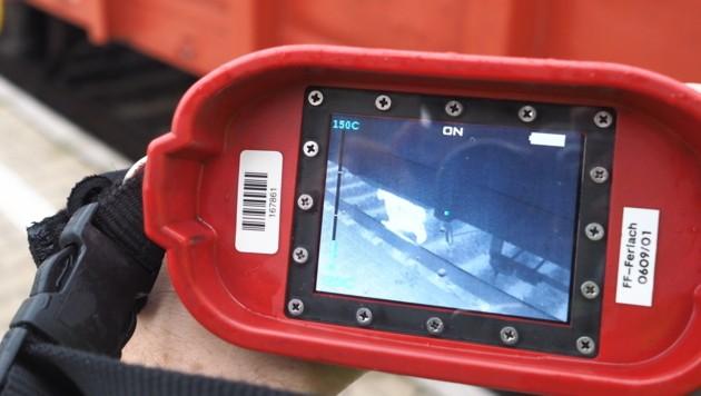 Mit der Wärmebildkamera suchten die Einsatzkräfte nach blinden Passagieren unter den Waggons (Bild: Thomas Leitner)