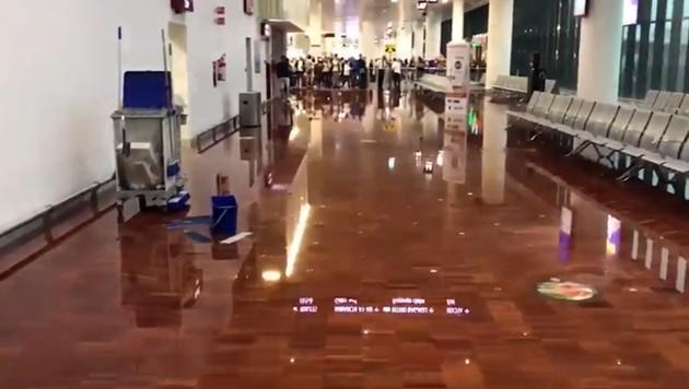 Ein Screenshot aus einem Video zeigt den überschwemmten Flughafen. (Bild: Screenshot Il Fatto Quotidiano)