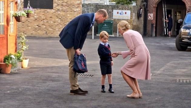 Prinz George schüttelt Schuldirektorin Helen Haslem die Hand, während William die Schultasche hält. (Bild: Kensington Palast)