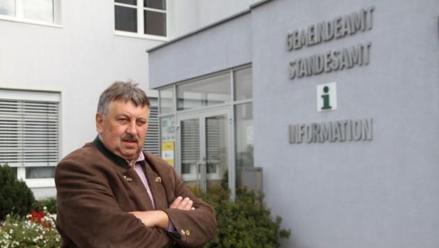 Bürgermeister Josef Wiesinger vor dem Gemeindeamt Dimbach (Bild: Kronen Zeitung)