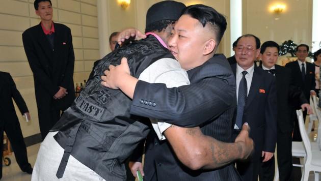 "Ein Bild aus dem Jahr 2013: Dennis Rodman herzt ""Kumpel"" Kim Jong-un. (Bild: AFP)"