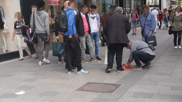 Hütchenspieler auf der Mariahilfer Straße in Wien (Bild: Privat)