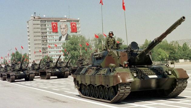 """Ein deutscher """"Leopard""""-Panzer bei einer Militärparade in Ankara (Bild: AP)"""