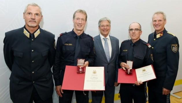 Die Polizisten Richard Fischbacher und Josef Prawda erhielten das Ehrenkreuz für Lebensrettung (Bild: LPD/Fritz-Press GmbH)