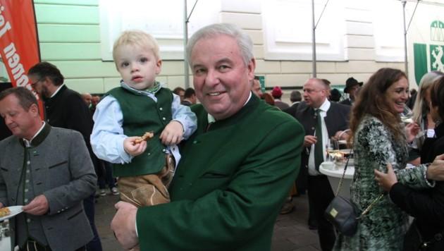 Landeshauptmann Hermann Schützenhöfer traf beim Volksfest auf diesen süßen Jung-Steirer (Bild: Christian Jauschowetz)