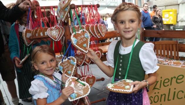 Ein herziges Mitbringsel für die Daheimgebliebenen suchen diese jungen Damen (Bild: Jürgen Radspieler)