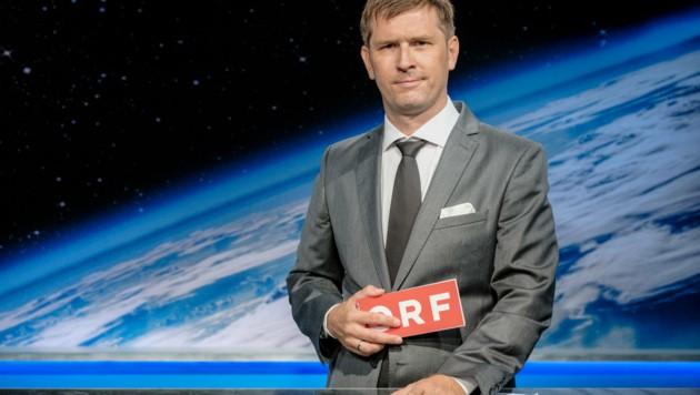 "Joachim Brandl mimt den ""Tagespresse""-Anchorman ""Joachim Fuchs"". (Bild: ORF)"