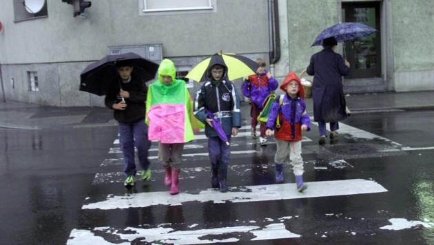 Viele Schüler fühlten sich vom Verkehrsverbund im Regen stehen gelassen. (Bild: KRONEN ZEITUNG/CHRIS KOLLER)