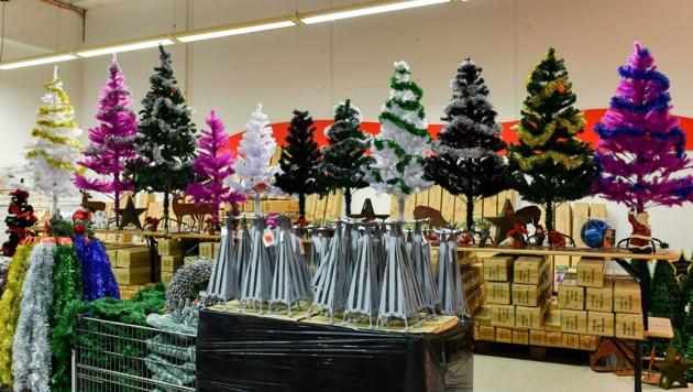 Auch die Weihnachtsabteilung ist bereits gut bestückt. (Bild: Harald Dostal)