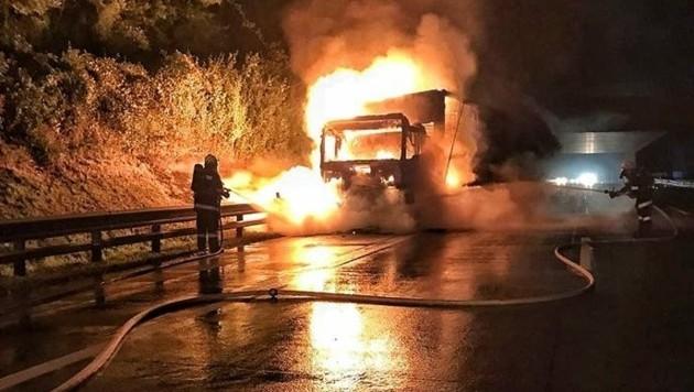 Der Unfall-Lkw brannte lichterloh. (Bild: facebook.com/freiwilligefeuerwehrybbsanderdonau/)