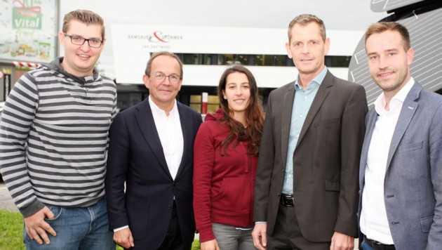Peter Haubner und Stefan Schnöll mit Geschäftsführer Markus Neumayr und Mitarbeitern (Bild: Max Grill)