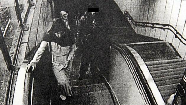 Ein Foto zeigt Bakhti und Hikmatullah kurz vor der Tat in einer Wiener U-Bahn-Station. (Bild: Andi Schiel)