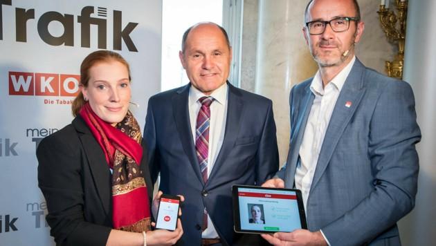 Innenminister Wolfgang Sobotka testet die neuen digitalen Ausweise zunächst in einigen Trafiken. (Bild: BMI/Gerd Pachauer)