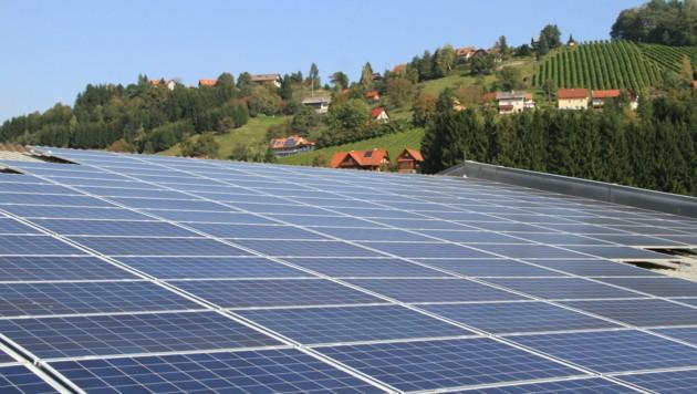 Das Sonnenkraftwerk liefert seit Juli sauberen Strom für etwa 1000 Haushalte in der Region. (Bild: Josef Fürbass)