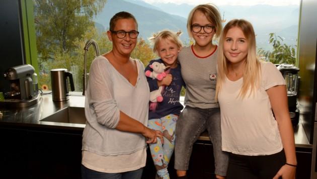 Emma (2. von re.), umgeben von Mama Caroline (li.) und ihren zwei Schwestern Lena (re.) und Frieda. (Bild: Andreas Fischer)