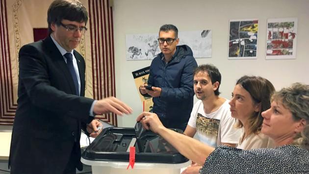 Puigdemont bei der Stimmabgabe (Bild: APA/AFP/GENERALITAT DE CATALUNYA/Handout)