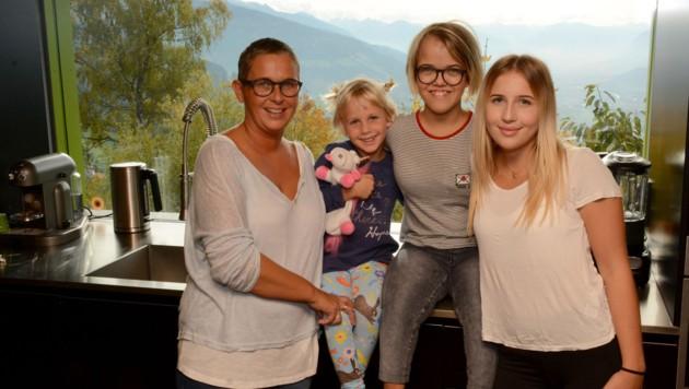 Emma, umgeben von Mama Caroline (links) sowie ihren zwei Schwestern Lena (rechts) und Frieda. (Bild: Andreas Fischer)