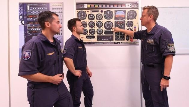 Vor dem Flug geht Instruktor Martin Otahal mit seinen Flugschülern jedes Detail durch (Bild: P. Huber)