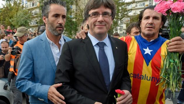 Der Ex-Chef der katalanischen Regionalregierung, Carles Puigdemont, mit Unabhängigkeitsbefürwortern (Bild: APA/AFP/LLUIS GENE)